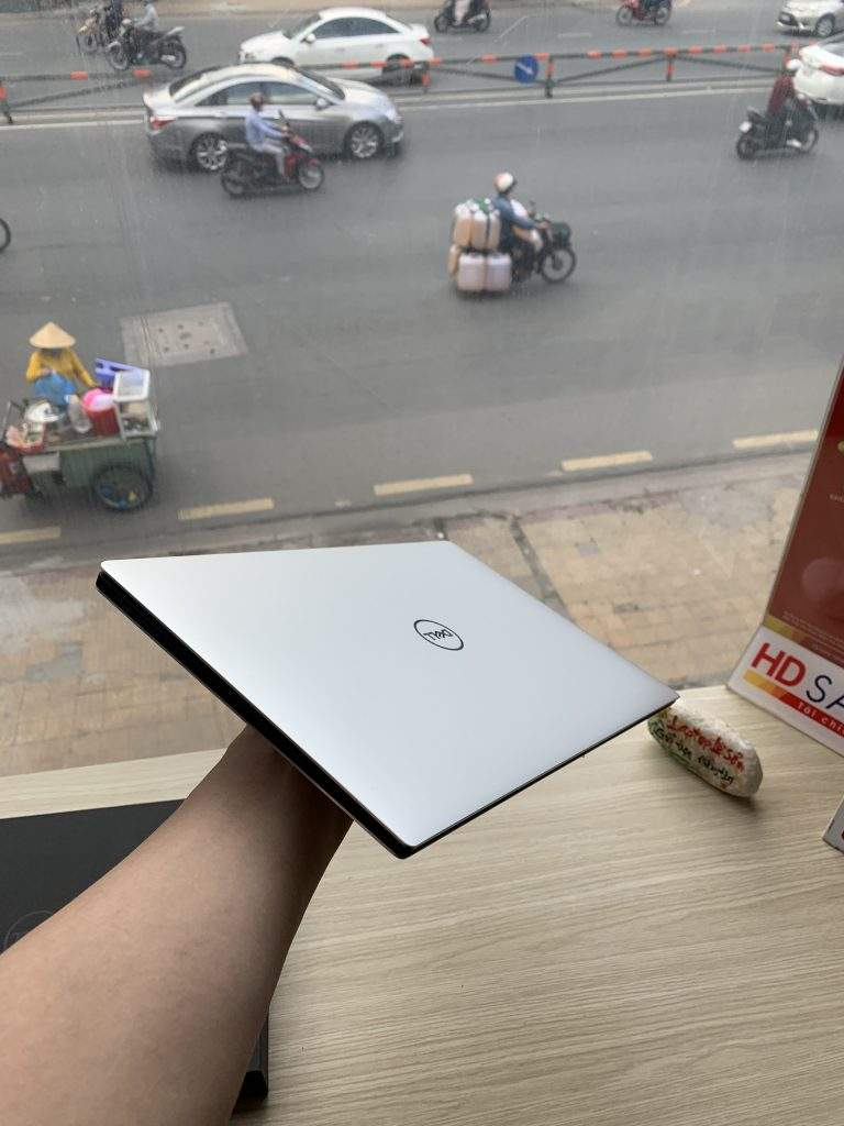 CPU là tiêu chí quan trọng nhất để chọn mua laptop Dell sinh viên Khi lựa chọn bộ vi xử lý thì các bạn cũng nên chú ý tới chữ cái tận cùng của bộ vi xử lý là M hay U vì 2 loại loại chip này được sử dụng rất phổ biến trong các dòng laptop tầm trung giá rẻ.Loại chip xử lý có tận cùng chữ M sẽ mạnh hơn loại chip xử lý có tận cùng là chữ U dành cho Ultrabook nhưng thời lượng pin của dòng M sẽ yếu hơn thời lượng pin của dòng U khoảng một tiếng. Từ chip thế hệ thứ 2 trở đi, Intel đã cải tiến chip xử lý đồ họa GPU lên đáng kể. Chip Sandy được trang bị card Intel HD Graphics 3000, Ivy là card Intel HD Graphics 4000 và chip Haswell là Intel HD Graphics 4400.GPU của Intel là đủ mạnh giúp bạn xử lý các chương trình đồ họa cơ bản, xem phim HD giải trí, chơi những game trung bình.Vì vậy card đồ họa tích hợp là đủ cho các bạn sinh viên chuyên ngành văn phòng, xã hội là đủ. Nếu bạn là sinh viên công nghệ thông tin, thiết kế đồ họa thì cần một chiếc máy có trang bị thêm một chiếc card đồ họa rời.Để biết xem mình có chiếc card đồ họa nào có phù hợp với nhu cầu của mình và giá tiết kiệm nhất. Ram và ổ cứng Sau khi lựa chọn cho mình được bộ vi xử lý và card đồ họa thích hợp rồi thì vấn đề tiếp theo bạn cần quan tâm là RAM và ổ cứng lưu trữ. Ram là tiêu chí quan trọng cho các bạn sinh viên chọn mua laptop. Hiện tại laptop trên thị trường đều được trang bị RAM DDR2 hoặc DDR3 với tốc độ bus 1333MHz hoặc 1600MHz. Với dung lượng 2GB này thì máy hoàn toàn đáp ứng được các nhu cầu phổ thông, học tập cơ bản rồi. Nếu các bạn muốn dùng thêm các phần mềm đồ họa hay chơi game thì nên chọn những máy có dung lượng RAM 4GB trở lên.Nếu không tìm được mẫu máy ưng ý thì các bạn có thể bỏ thêm tiền để mua một thanh RAM 2GB bên ngoài lắp vào với giá không quá cao. Về ổ cứng lưu trữ thì hãng sản xuất thường sử dụng ổ HDD 320GB đến 500GB tốc độ quay 5400rpm ở phân khúc dòng máy tính tầm trung giá rẻ cho sinh viên này. Dung lượng này cũng đã là đủ giúp các bạn lưu trữ lưu trữ tài liệu trong suốt 4 năm học đ